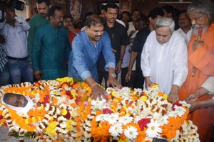 Chief Minister Naveen Patnaik paying floral tributes to Late Kalindi Charan Behera, who died this morning. (Pic: Biswaranjan Mishra)