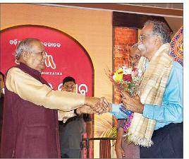 Former Chief Minister JB Patnaik greeting Jnanpith award winner Bhalachandra Nemade at the 28th anniversary function of 'Katha' on Monday