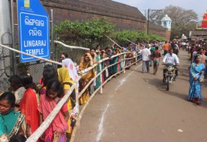 Long queue at the Lingaraj Temple in Bhubaneswar (Pic: Biswaranjan Mishra)