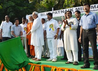 Chief minister Naveen Patnaik flagging off Mini Marathon in Bhubaneswar