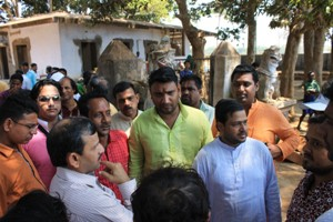 SJTA chief Suresh Mohapatra and Daitapatis at the Deuli Mutt in Kakatpur on  Tuesday (Pic: Biswaranjan Mishra)