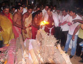 Son Prithvi Patnaik lighting the funeral pyre of JB Patnaik at Swargadwar on Wednesday evening. (Pic: Biswaranjan Mishra)