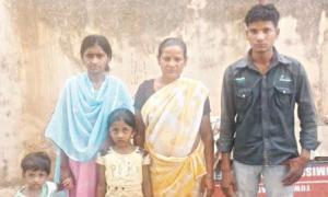 Family members of the deceased undertrial prisoner Tulu at the Jharpada jail in Bhubaneswar on Thursday
