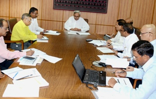 CHIEF MINISTER SHRI NAVEEN PATNAIK REVIEWING ON ACTIVITIES OF EMPLOYMENT & TECHNICAL EDUCATION & TRAINING DEPARTMENT AT SECRETARIAT ON 29-5-2014.