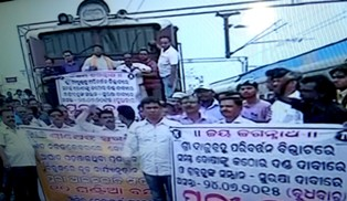 Lawyers picketing at Puri railway station