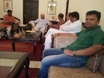 Giridhar Gamang with BJP President Amit Shah at the latter's residence in New Delhi on Friday. Also seen in the picture are Union ministers Jual Oram and Dharmendra Pradhan, BJP Odisha pravari Arun Singh and Gamang's son Sisir (OST Photo)