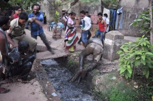 Anrgy slum dwellers threw the policemen into a drain