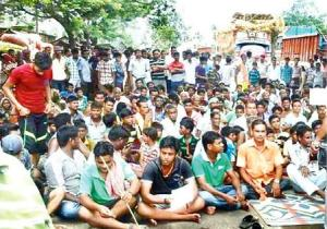 Villagers of Belabahali on a dharna