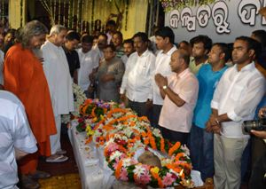 Chief Minister Naveen Patnaik and others paying their last respects to Rajya Sabha MP Kalpataru Das, who passed away  in Delhi yesterday, at his Bhubaneswar residence this morning. (OST Photo)
