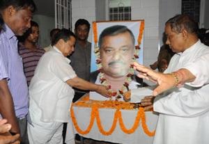 Senior Congress leader Niranjan Patnaik paying homage to Kartik Mohapatra on Monday (OST Photo)