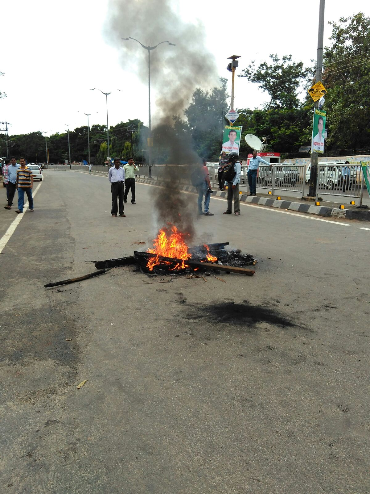 Lawyers burning tyres in Odisha capital protesting abolition of OAT