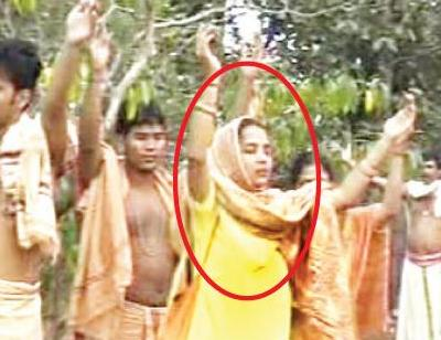 The woman in the circle is the elusive Sana Maa