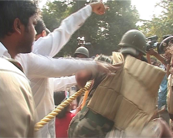 congress cops clash