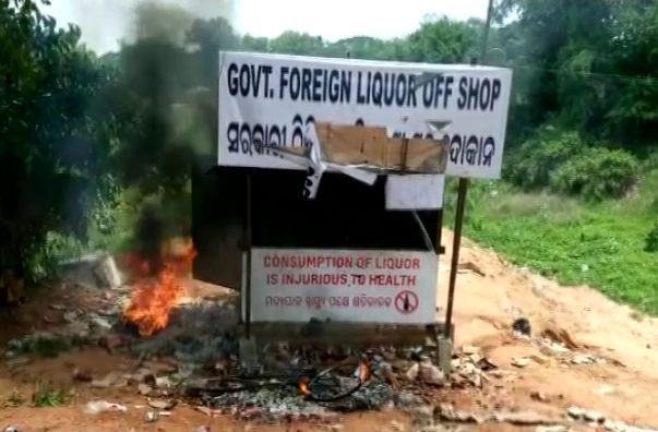 Hansapala liquor shop on fire