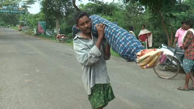 Dana Majhi carrying his wife's body on shoulders