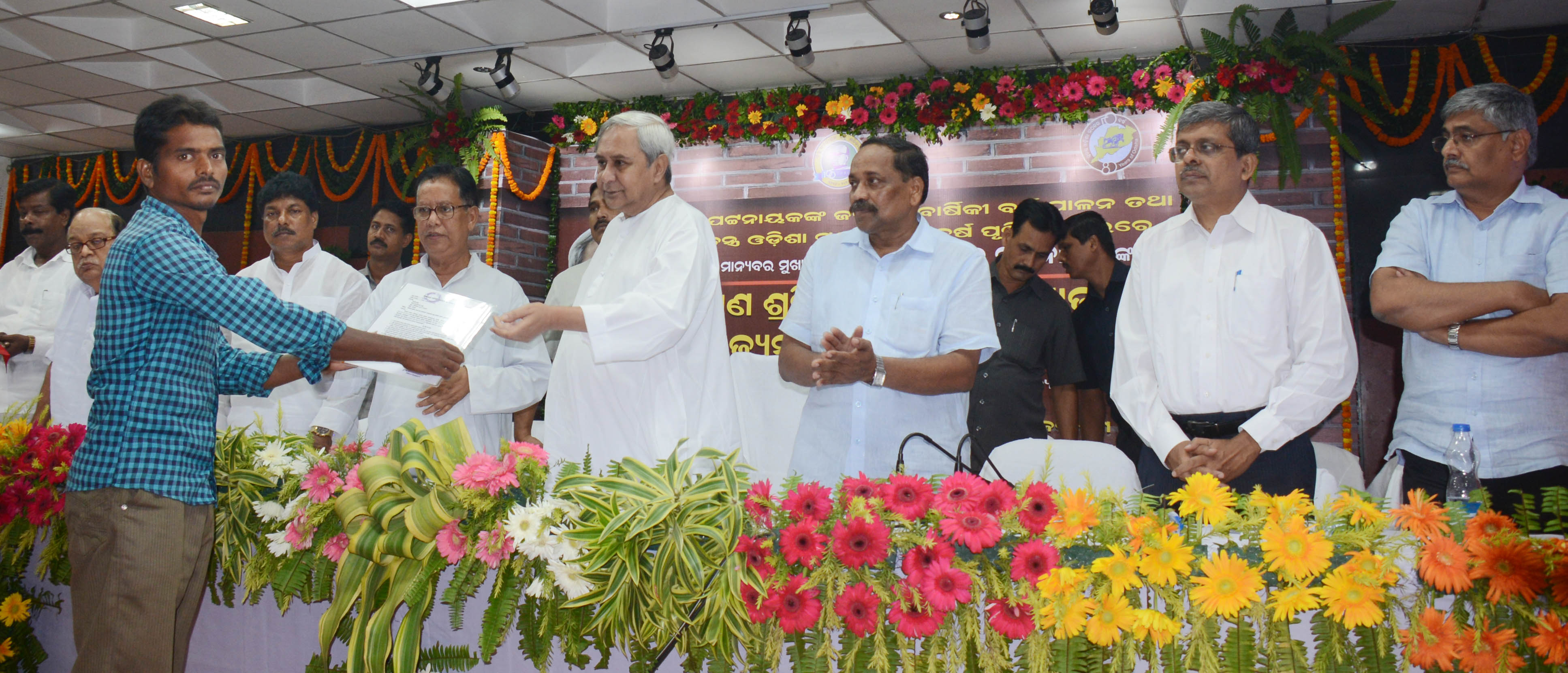 naveen-patnaik-distributing-pension-benefits-at-ouat