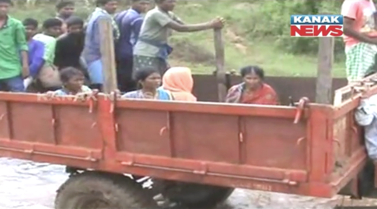 pregnant-woman-carried-in-tractor