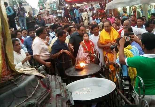 Mamata's Sri Mandir visit