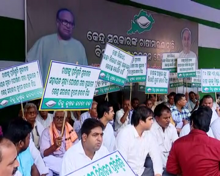 BJD, BJP stages demonstration over farmers issue