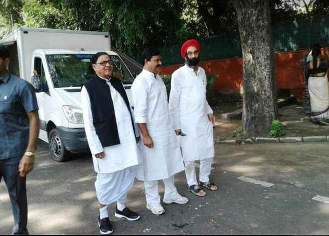 Rahul Gandhi meets activists, kicks off preparations for Guj Assembly polls