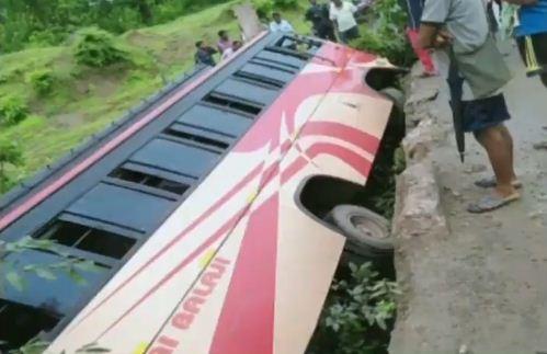bus falls off bridge