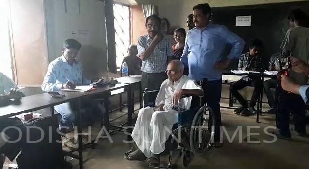 elderly man voter