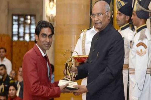 Pramod-Bhagat-receives-Arju