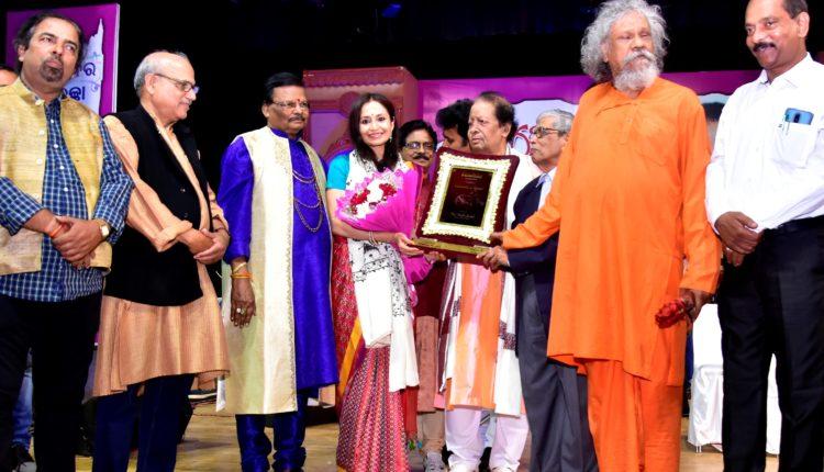 Shallu Jindal receiving Urbashee Samman1