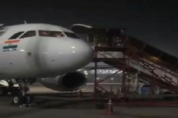 Pilot-jumps-off-plane