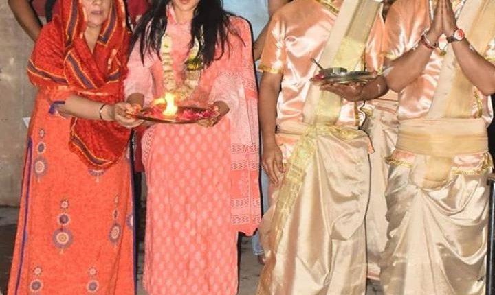 sara doing ganga aarti