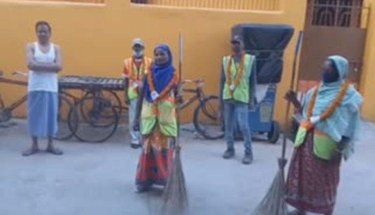 sanitation-workers-garlanded