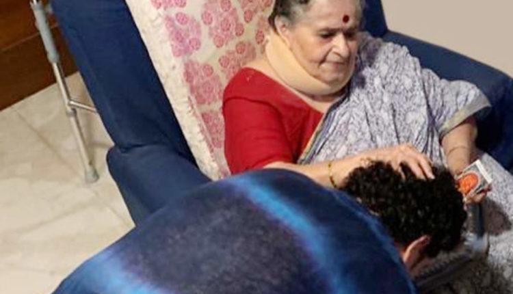 tendulkar took mother blessing