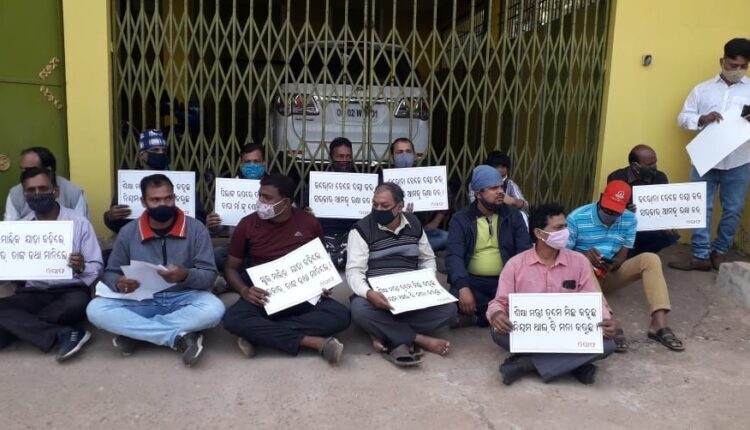 parents dharna