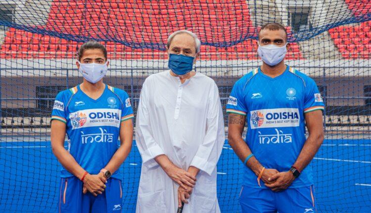 Hockey team with Odisha CM