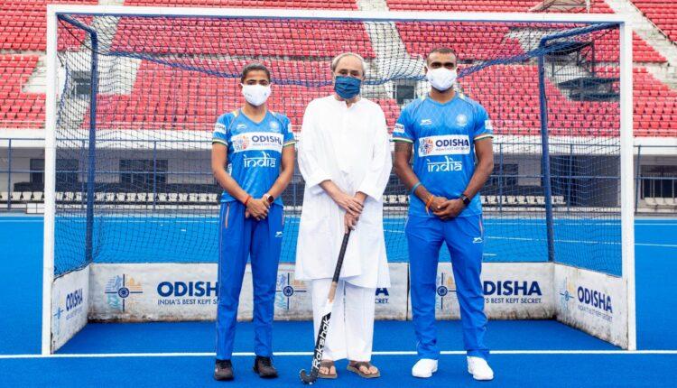 naveen patnaik with indian hockey players
