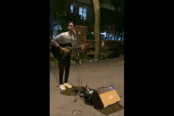 Boy-singing-on-Mumbai-stree